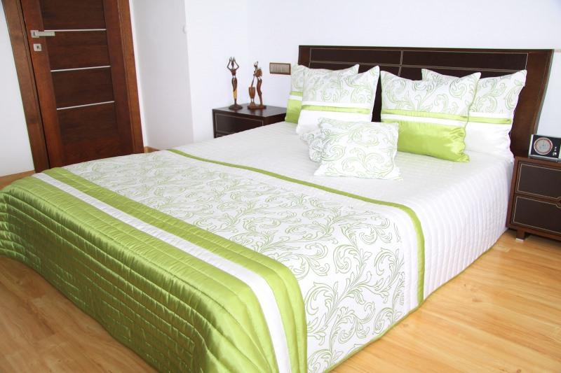 luksusowe narzuty na ko. Black Bedroom Furniture Sets. Home Design Ideas